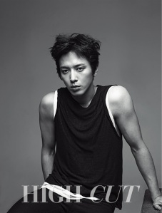 """Sisi Sangar dan Misterius Jung Yonghwa untuk """"High Cut"""""""
