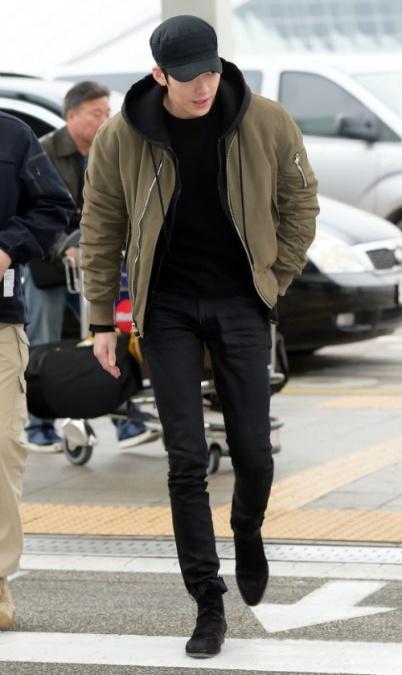 """[Foto] Airport Fashion: Kim Woo Bin Menjulang Tinggi dan Tampan dengan Merk London """"Represent Clothing"""""""