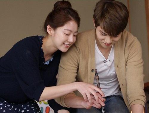 Apa Yang Ditulis Gong Seung Yeon Di Tangan Lee Jong Hyun?