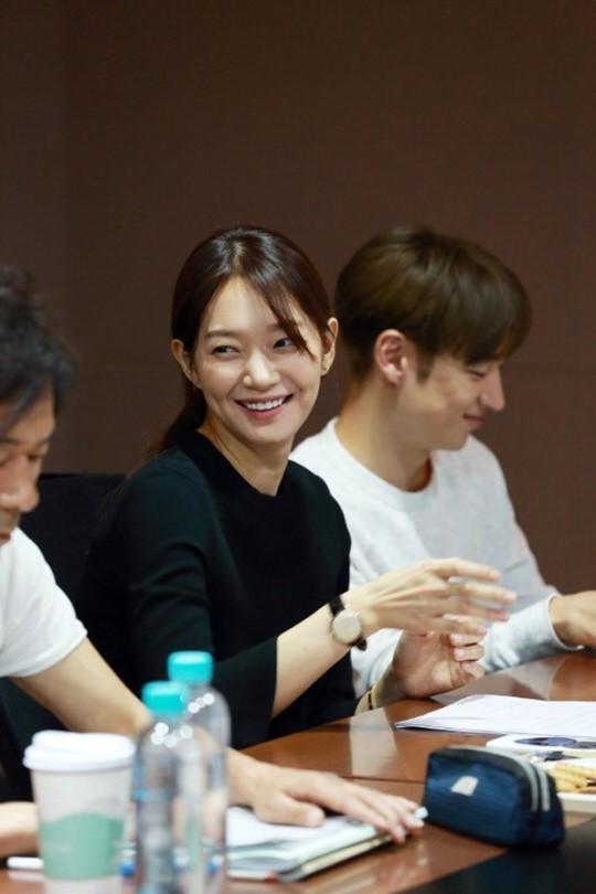 """Foto-Foto Shin Min Ah dan Lee Je Hoon Saat Pembacaan Naskah Pertama Drama """"Tomorrow With You"""""""