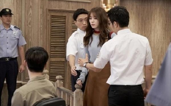 lee-jong-suk-jadi-tahanan-pada-episode-15-drama-w-two-worlds2