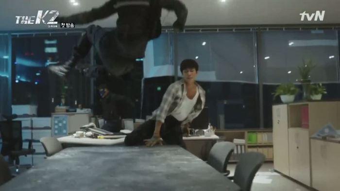 sinopsis-drama-korea-the-k2-episode-1-part-2-7