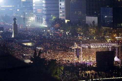warga-lindungi-polisi-selama-aksi-demo-korea-selatan